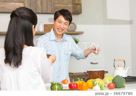 食事をする夫婦 カップル 夫婦 料理 生活感 36679780