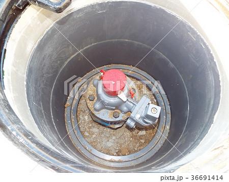 水道本管の仕切弁の上にマンホールが設置されました 36691414