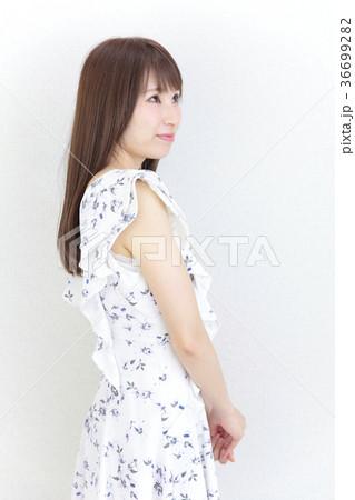 若い女性 ヘアスタイル 36699282