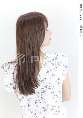 若い女性 ヘアスタイル 36699286
