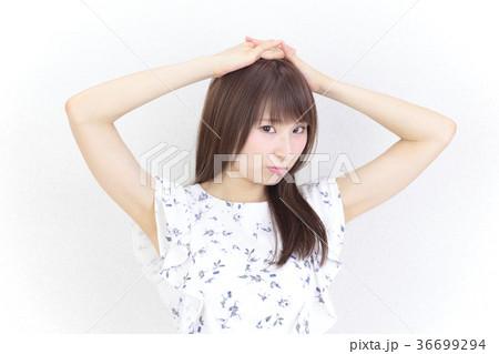 若い女性 ヘアスタイル 36699294