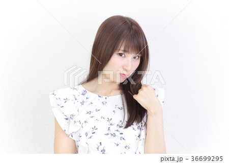 若い女性 ヘアスタイル 36699295