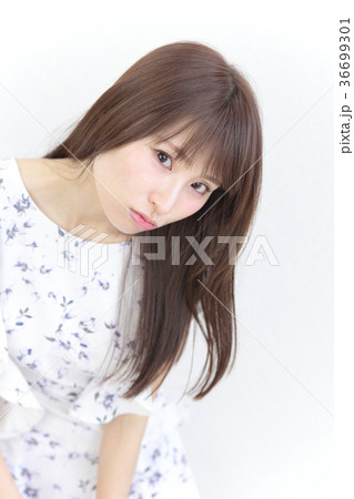 若い女性 ヘアスタイル 36699301