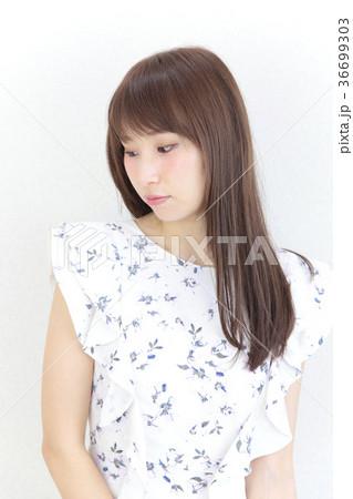 若い女性 ヘアスタイル 36699303