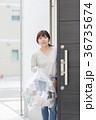 女性 人物 ゴミ出しの写真 36735674
