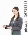 ビジネスウーマン 名刺交換 36735845