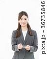 ビジネスウーマン 名刺交換 36735846