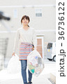 女性 人物 ゴミ出しの写真 36736122