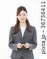 ビジネスウーマン 名刺交換 36736411