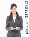 ビジネスウーマン 名刺交換 36736412