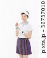 ゴルフ 女性 人物の写真 36737010