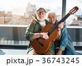 ギター 楽器 カップルの写真 36743245