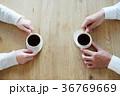 コーヒーを飲む男女の手元 36769669