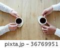コーヒーを飲む男女の手元 36769951
