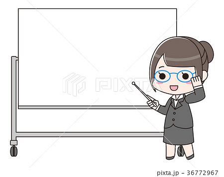 ホワイトボードの前に立つ女性 36772967