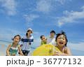 夏の海辺で浮輪を持って遊ぶ5人家族 36777132