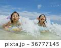 夏の海辺で遊ぶ姉妹 36777145