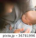 眠る 赤ちゃん 母の写真 36781996