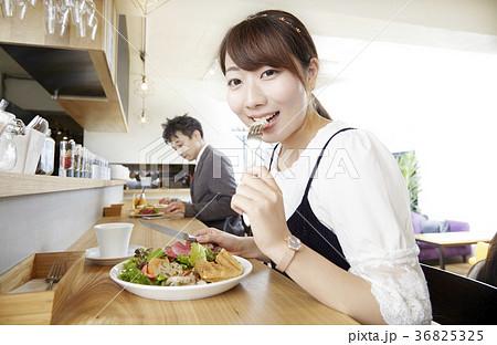 一人ランチ、食べるシーン、女子 36825325