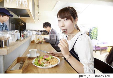 一人ランチ、食べるシーン、女子 36825326