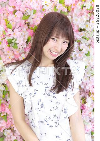 若い女性 ヘアスタイル 花バック 36826028