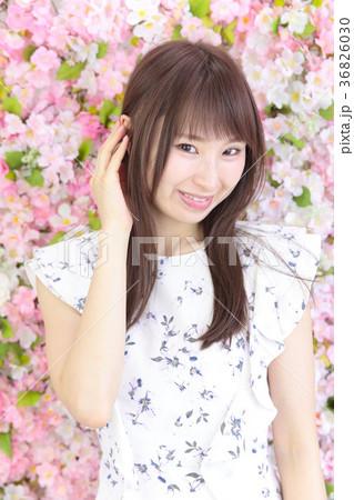 若い女性 ヘアスタイル 花バック 36826030