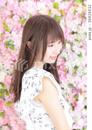 若い女性 ヘアスタイル 花バック 36826032