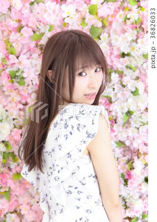 若い女性 ヘアスタイル 花バック 36826033