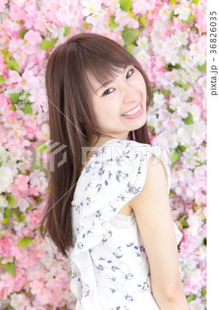 若い女性 ヘアスタイル 花バック 36826035