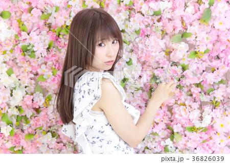 若い女性 ヘアスタイル 花バック 36826039