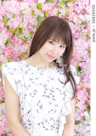 若い女性 ヘアスタイル 花バック 36826040