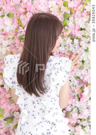 若い女性 ヘアスタイル 花バック 36826043