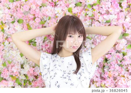 若い女性 ヘアスタイル 花バック 36826045
