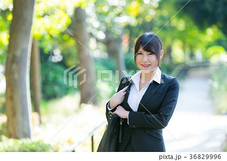 スーツ姿の成人女性 OL オフィスレディ ビジネス スーツ ポートレート リクルート 緑背景  36829996