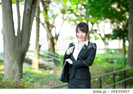 スーツ姿の成人女性 OL オフィスレディ ビジネス スーツ ポートレート リクルート 緑背景  36830007