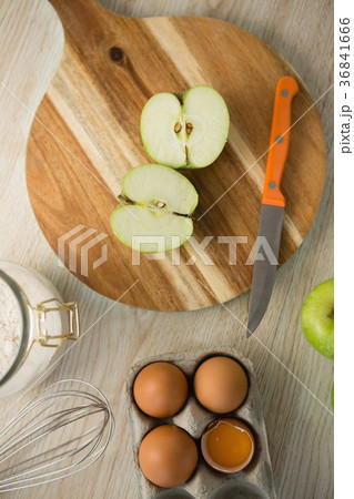 Overhead view of granny smith apple halved on cutting boardの写真素材 [36841666] - PIXTA