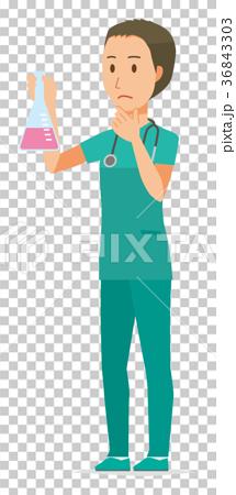 緑色のスクラブを着た男性医師が三角フラスコを持っている 36843303