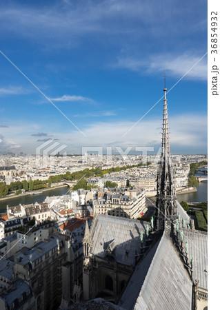 ノートルダム大聖堂の尖塔とパリ市街の風景