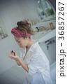 ネイルを楽しむ女性 イメージ 36857267