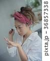 ネイルを楽しむ女性 イメージ 36857338