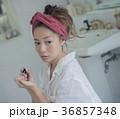ネイルを楽しむ女性 イメージ 36857348