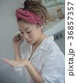 ネイルを楽しむ女性 イメージ 36857357