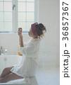 ネイルを楽しむ女性 イメージ 36857367