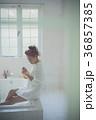 ネイルを楽しむ女性 イメージ 36857385