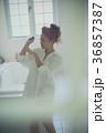 ネイルを楽しむ女性 イメージ 36857387