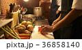 カフェ 厨房で調理をするスタッフ 36858140