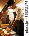男性 カフェ 厨房の写真 36858176