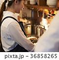 カフェ 厨房 調理をするスタッフ 36858265