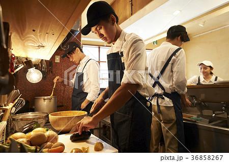 カフェ 厨房で調理をするスタッフ 36858267