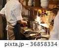 カフェ 厨房 調理をするスタッフ 36858334